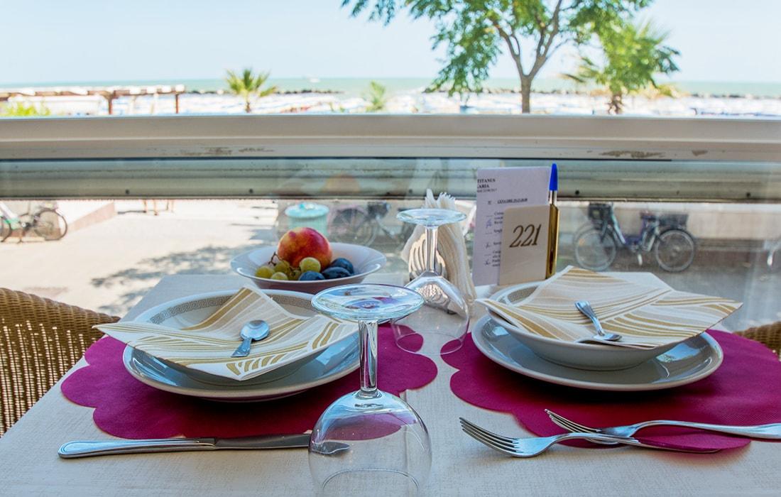 Sala da pranzo con vista panoramica sulla spiaggia | Hotel Titanus